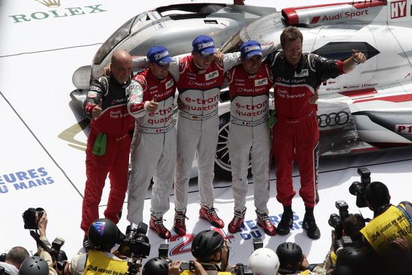 (Audi-Motorsportchef), Marcel Fässler (CH), André Lotterer (D), Benoît Tréluyer (F), Ralf Jüttner (Technischer Direktor Audi Sport Team Joest