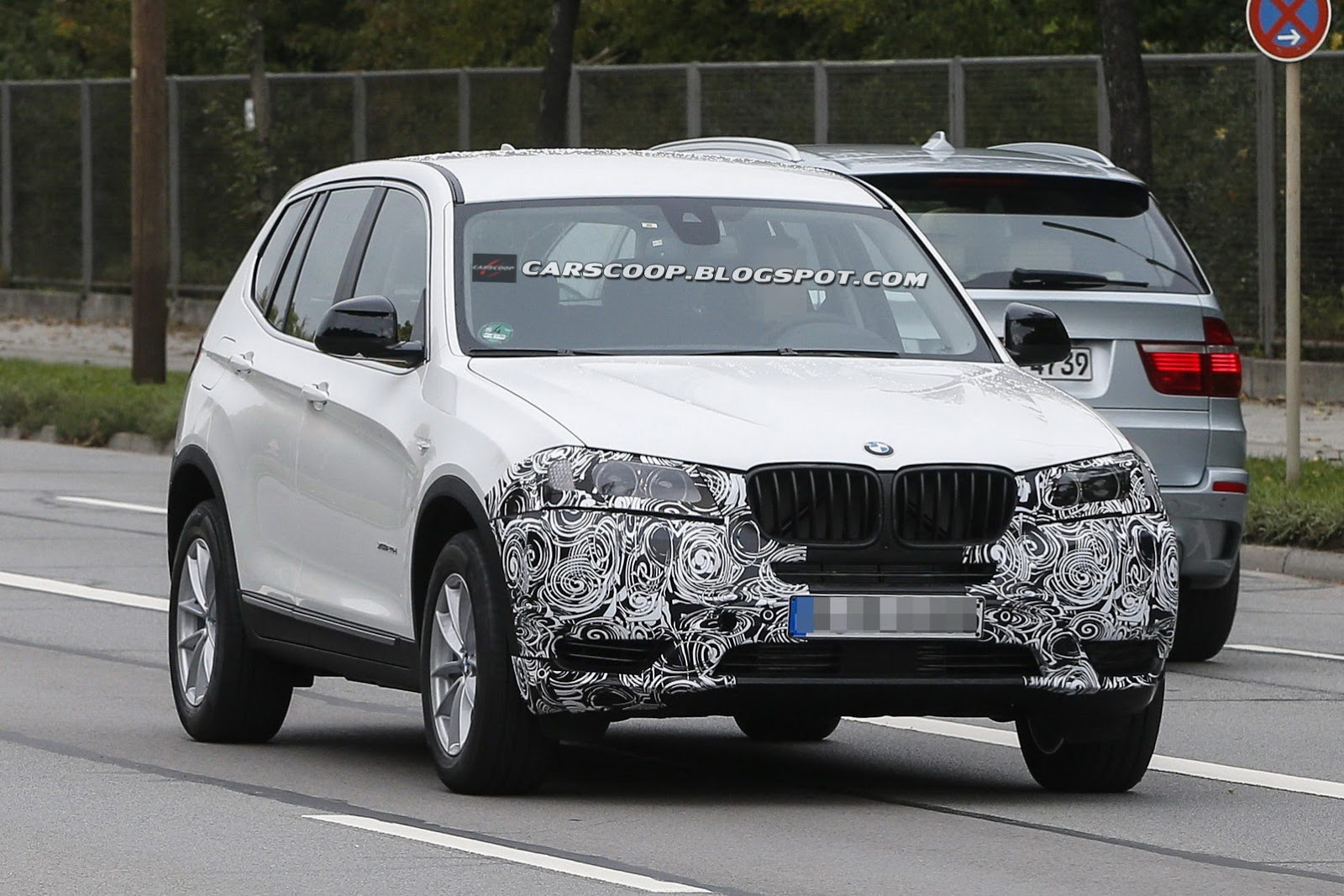 spotted facelifted bmw x3 crossover on the way. Black Bedroom Furniture Sets. Home Design Ideas