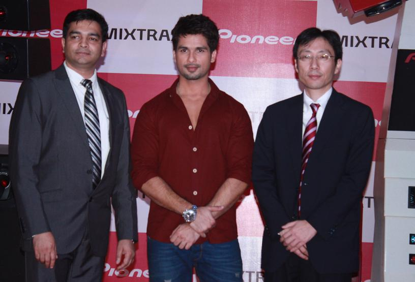 Shahid-Kapoor-Pioneer-New-In-Car-Audio
