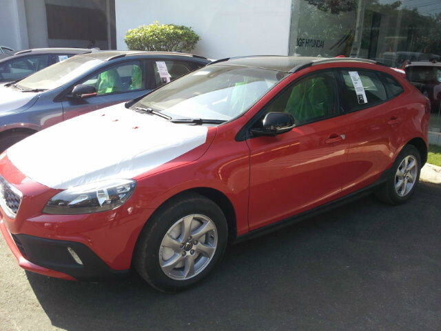 Volvo-V40-Cross-Country-Spotted-at-Dealer's-Yard