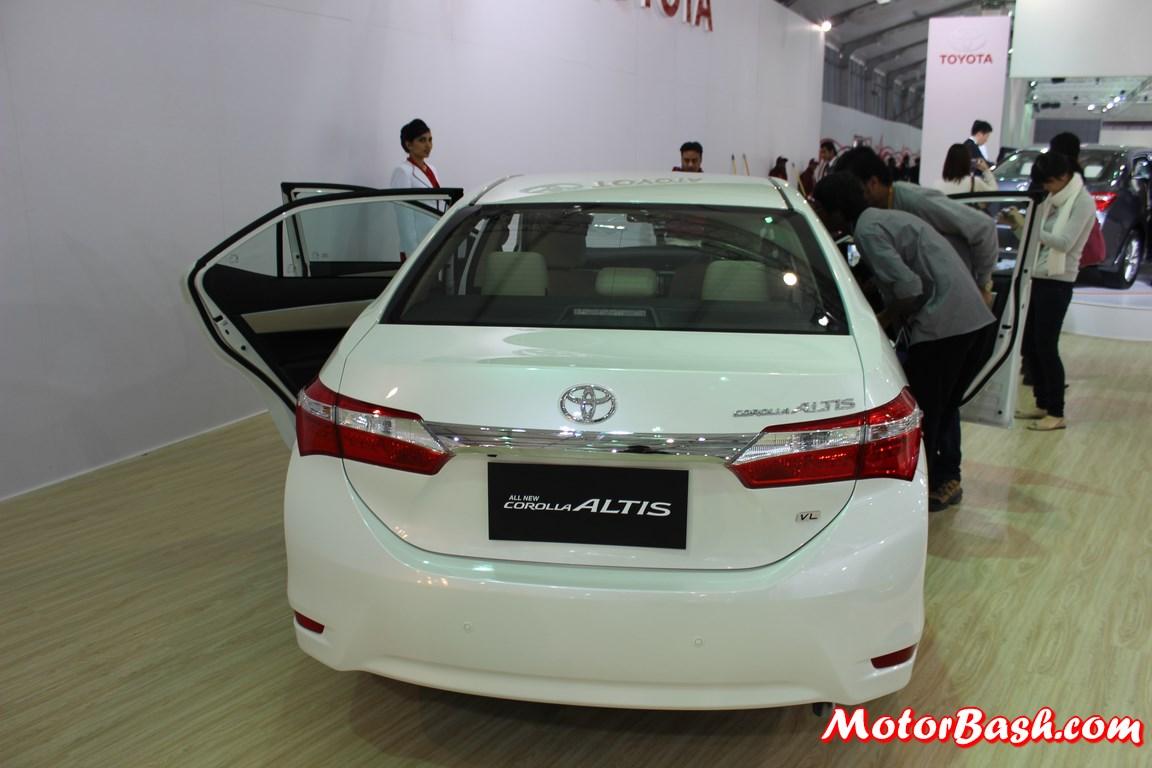 New-Toyota-Corolla-Altis-Pics-white