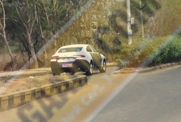 2015-Jaguar-XF-Spy-Pic-India (2)