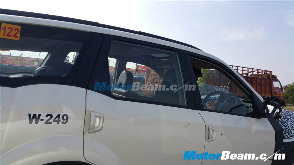 New-2015-Mahindra-XUV500-facelift-sunroof