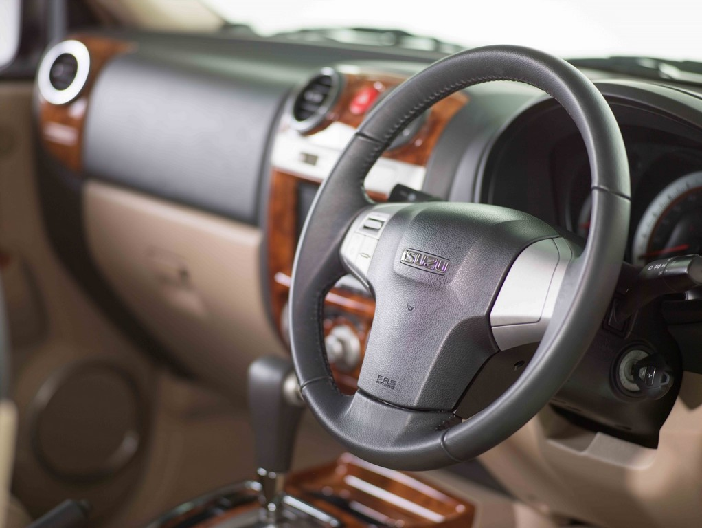 Audio-controls-mounted-3-spoke-steering-wheel