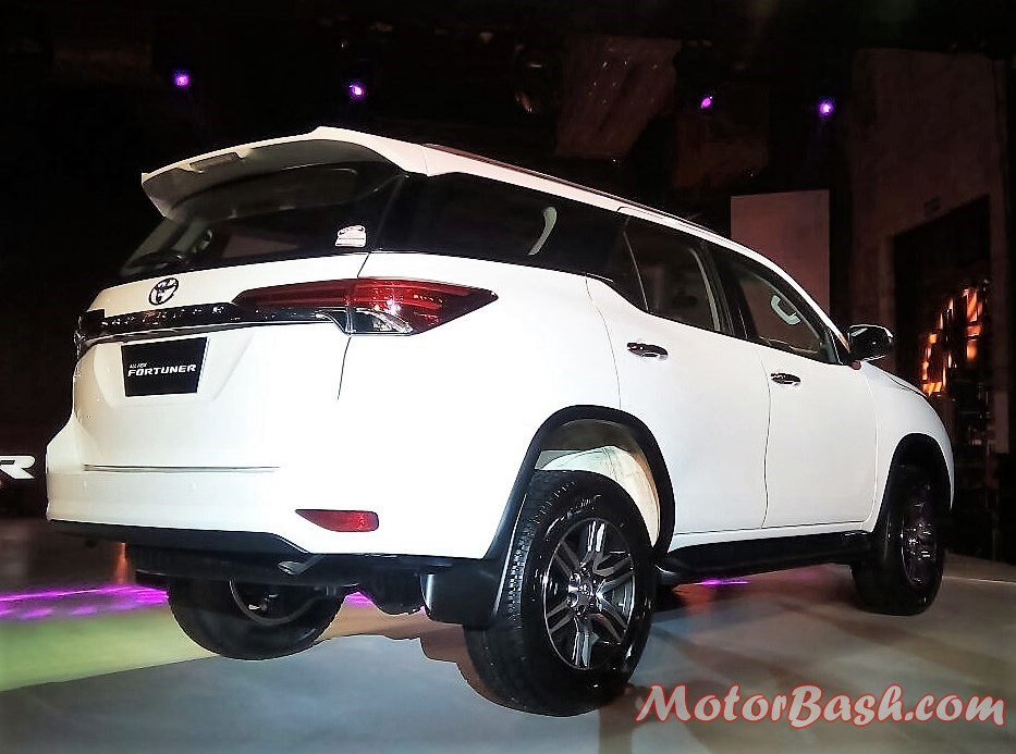 2017-toyota-fortuner-rear-pic-1